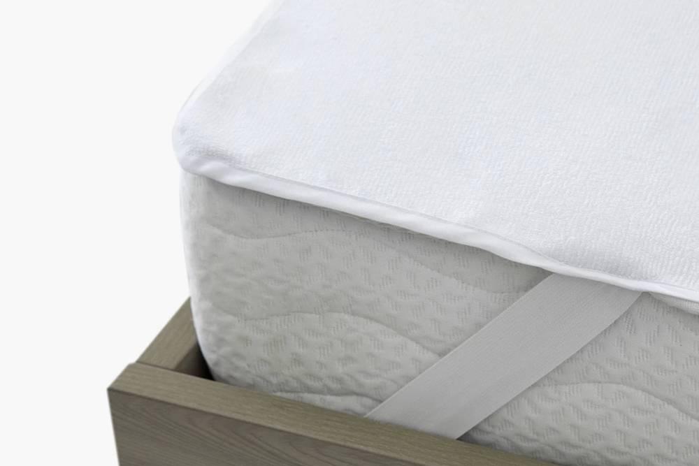 Защитный чехол крепится резинками по краям матраса и никуда не съезжает. Размеры чехла приэтом должны совпадать с размером матраса. Источник: «Аскона»