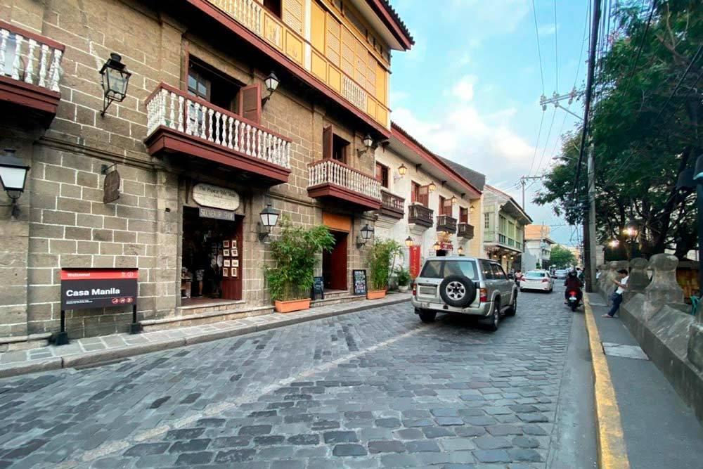 Улочка со старинной брусчаткой и домами в колониальном стиле в столице Филиппин — Маниле