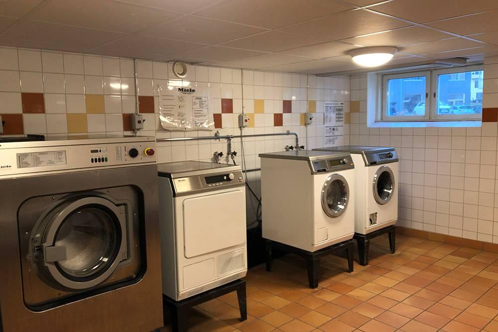 За доплату к ренте мне могли установить стиральную машину в квартире. Но ванная у меня маленькая, и пришлосьбы убрать ванну. Так что я предпочла стирать в прачечной