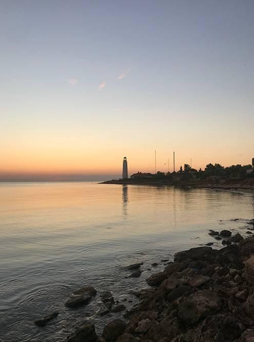 Вечером лампа маяка красиво освещает путь кораблям