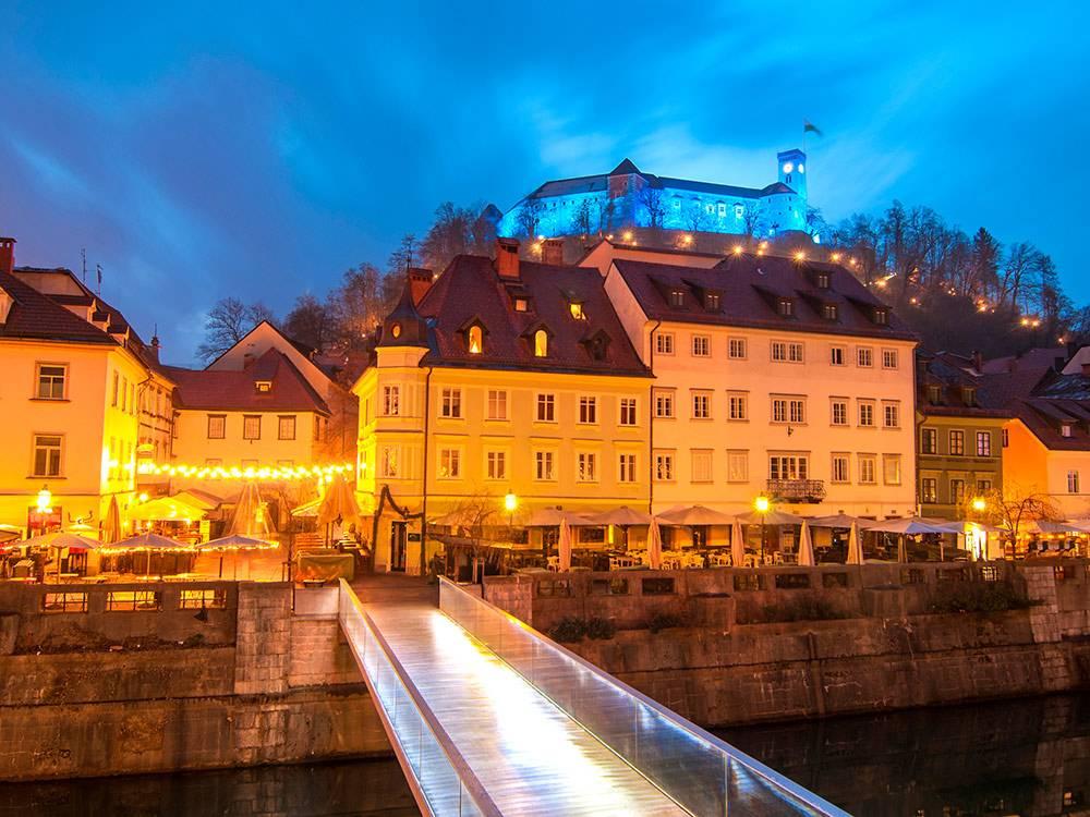 Новогодняя Любляна и подсвеченный Град. Фото: Soru Epotok/Shutterstock