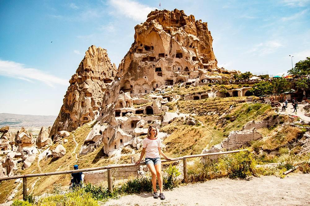 Учхисар расположен на высоте 1400 м, это самая высокая точка Каппадокии. На фото — скала, которую использовали как крепость