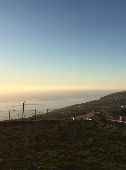 Вид с террасы нашего дома. По прямой до океана — 1,5 километра, в объезд на машине — около 5