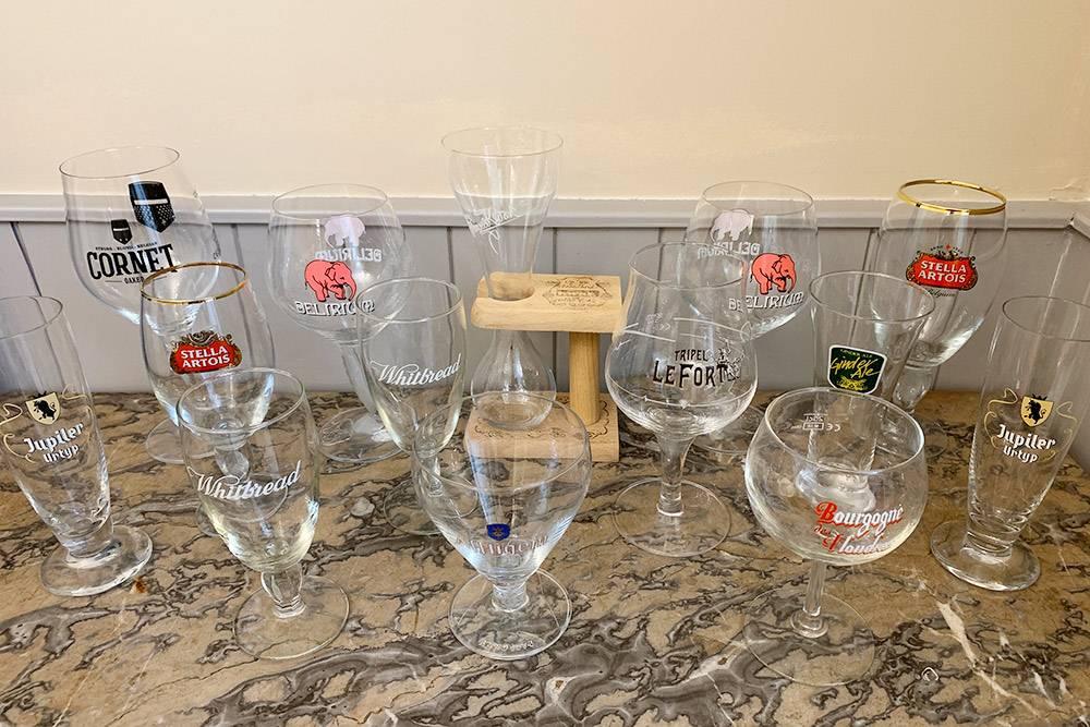 Часть нашей коллекции пивных бокалов. Мы покупали их в пивных магазинах или в больших супермаркетах по 5—15€. Хотя иногда магазины просто дарят их припокупке нескольких бутылок пива