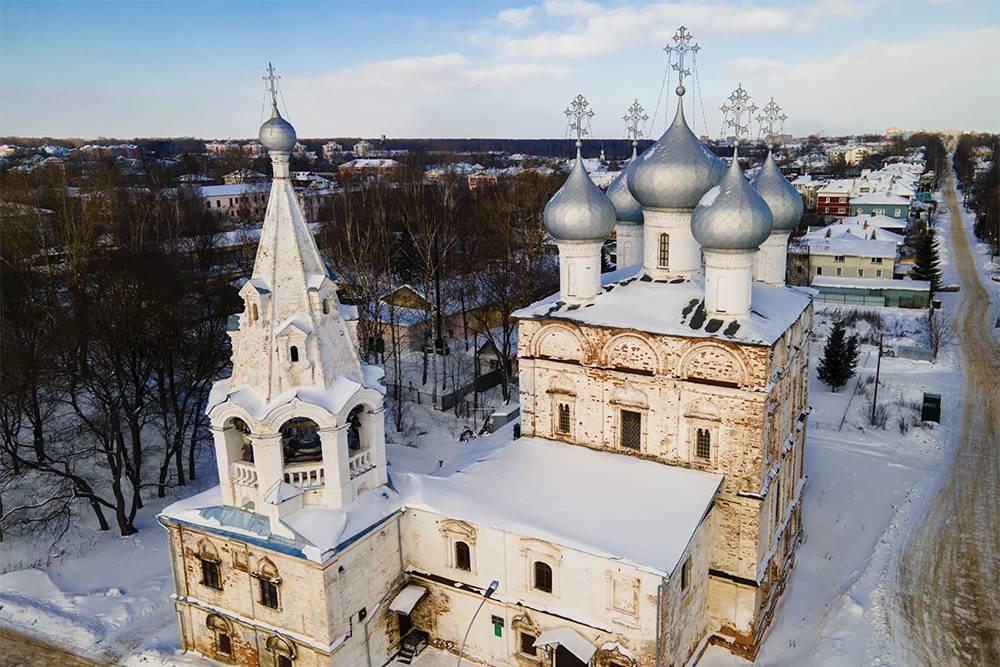 Снаружи тоже заметно, что церковь во имя Святителя Иоанна Златоуста нуждается в реконструкции