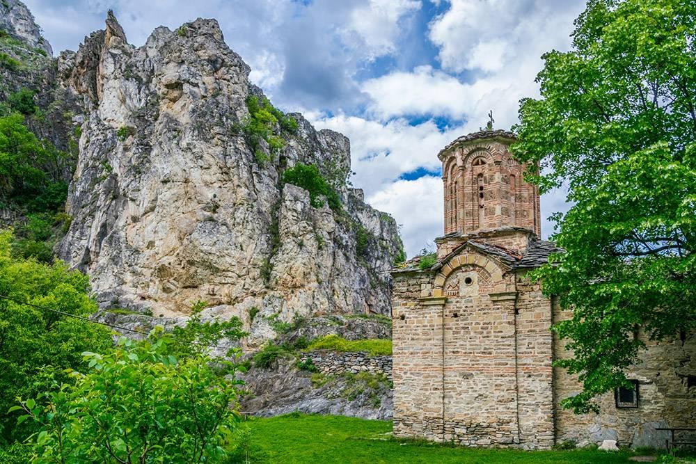 Монастырь Святого Николая расположен на высоте 479метров в каньоне Матка. Источник:trabantos/Shutterstock