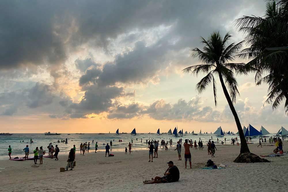 К вечеру все выходят на пляж посмотреть закат