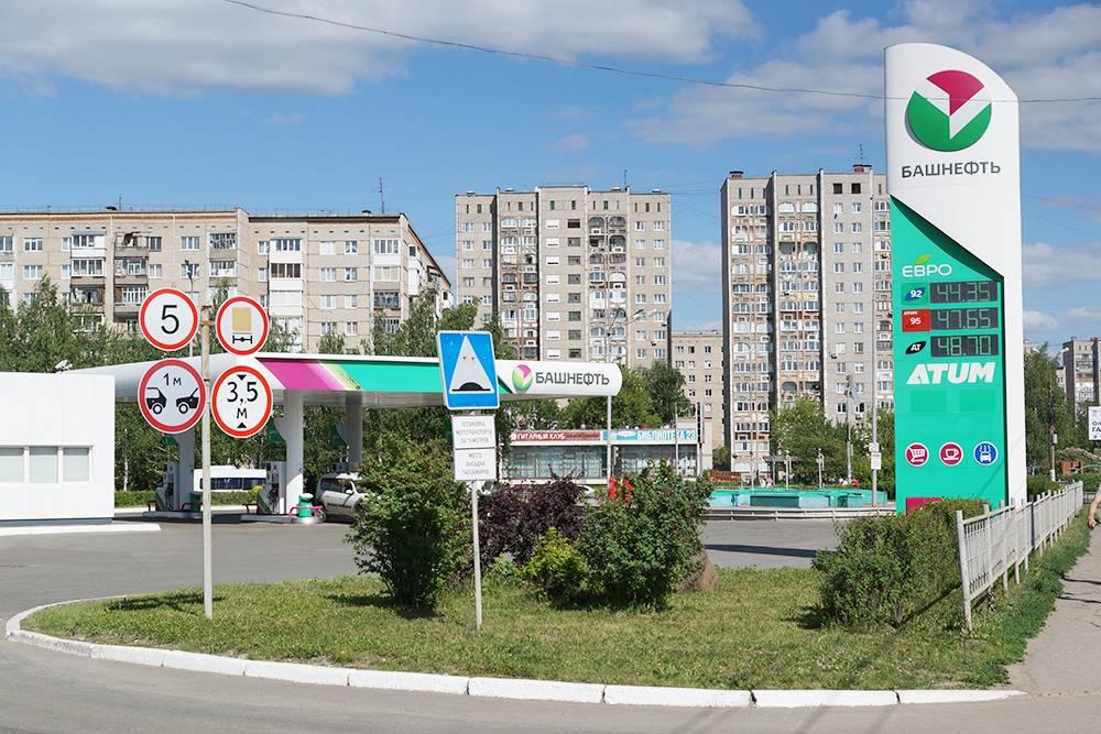 Обычная заправка в Ижевске. Бензин АИ-92 стоит 44<span class=ruble>Р</span> за литр — это июль 2021&nbsp;года