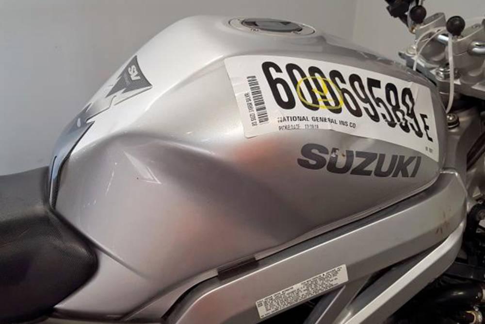 Мятый бензобак Сузуки SV 650 — от такого лота лучше отказаться. Фото: copart.com