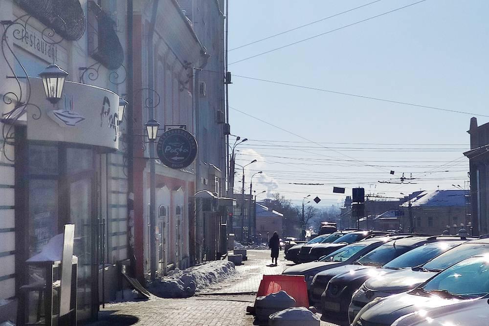 Парковки в центре бесплатные и, как правило, забиты машинами. Хорошо, что мы с вами пешком