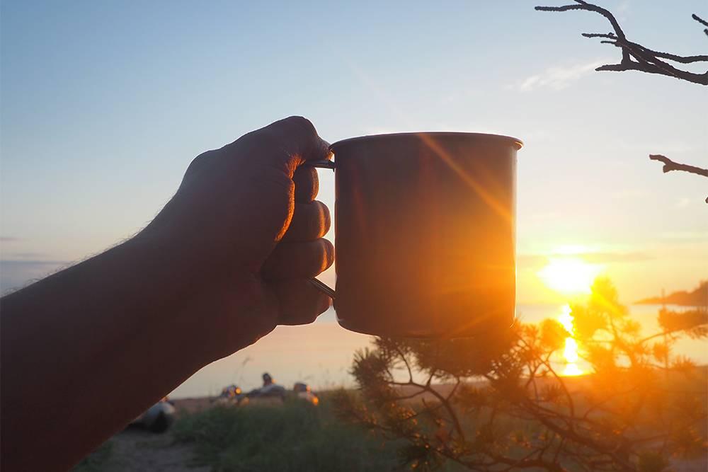 Кружка кофе ранним утром