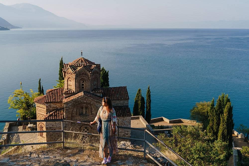 Открыточный вид со смотровой площадки на церковь Иоанна Богослова и Охридское озеро