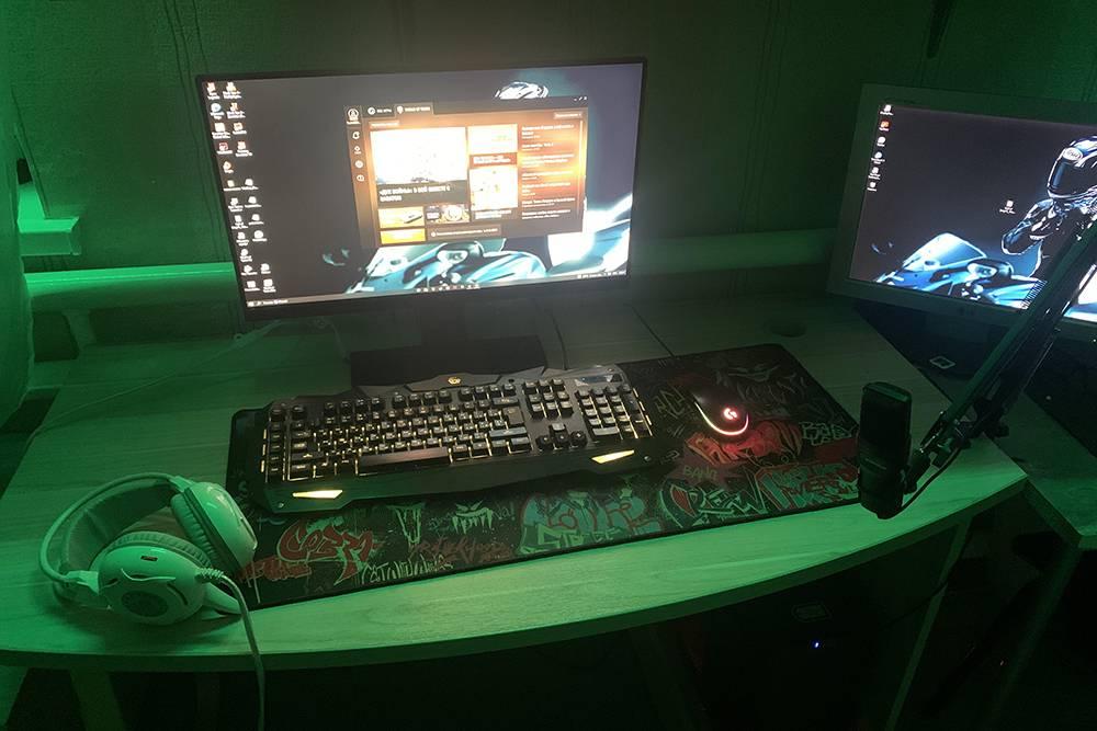 Это игровой компьютер брата. Он полностью собирал все подсебя, световые лампы в комнате тоже настраивал сам. Когда мы будем переезжать в Краснодар, я хочу купить у него все оборудование, он не против, таккак хочет ноутбук