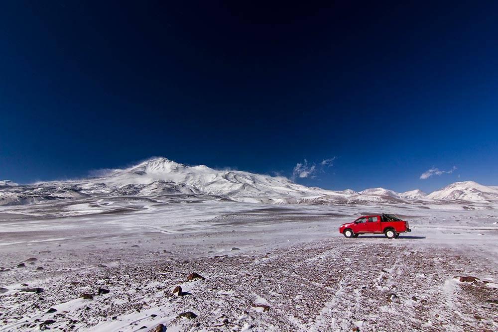 В лагерь Атакама на высоте 5300метров подвершиной Охос-дель-Саладо в Чили можно приехать на машине
