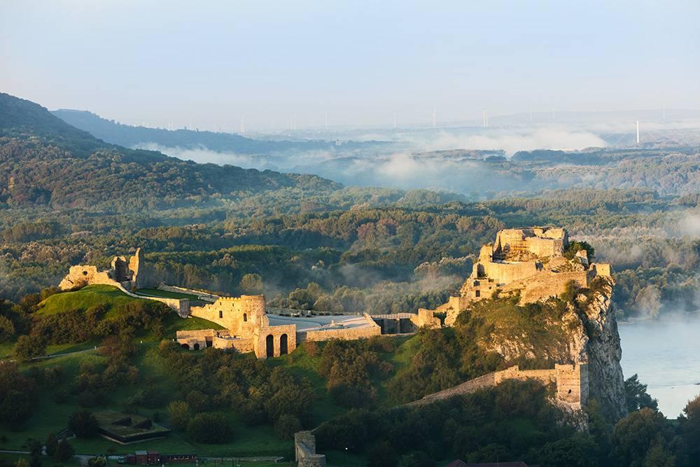 От замка Девин остались одни руины, но пейзажи вокруг восхитительные. Фото: Richard Semik / Shutterstock