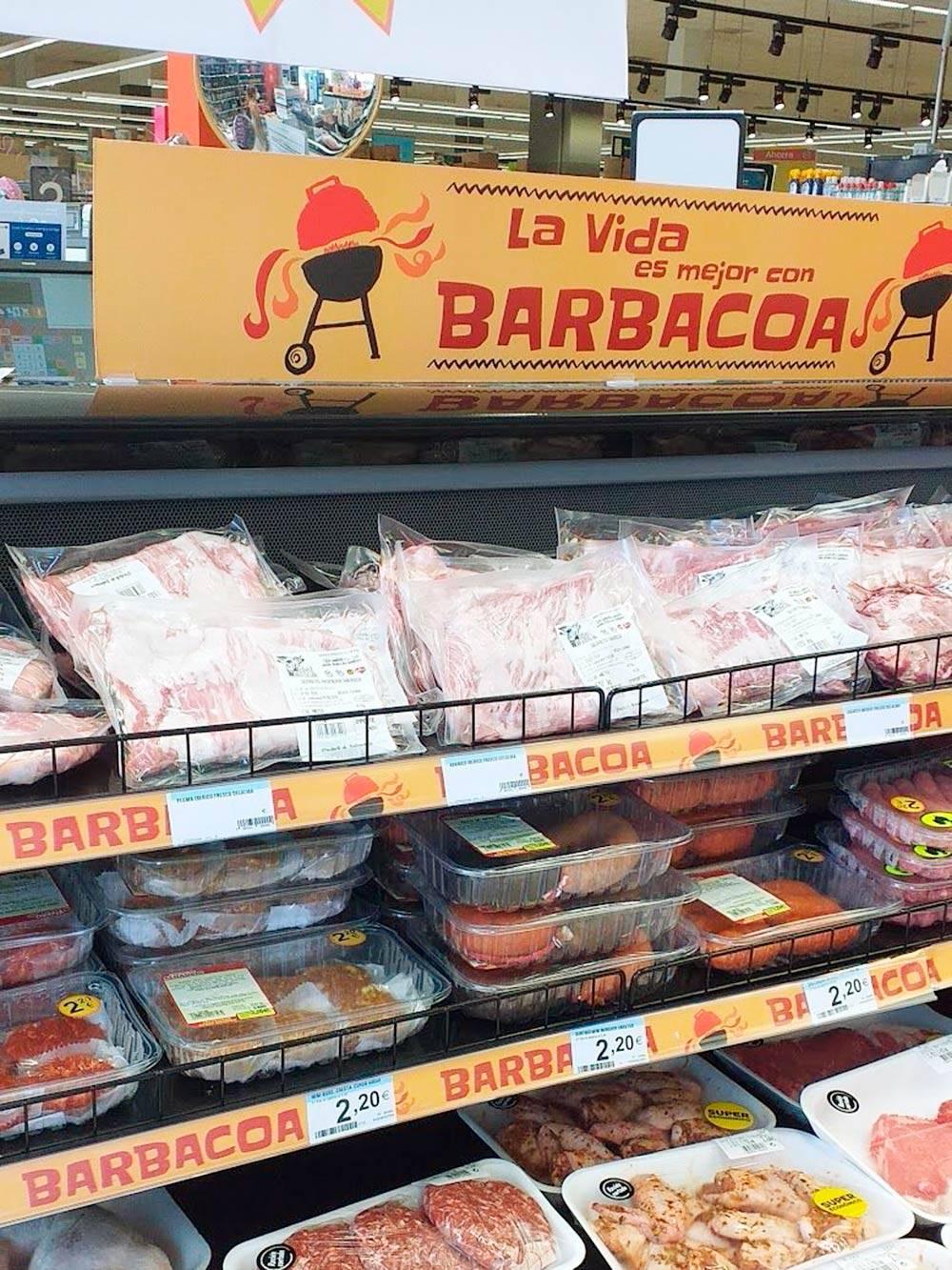 Мясная витрина в супермаркете Carrefour