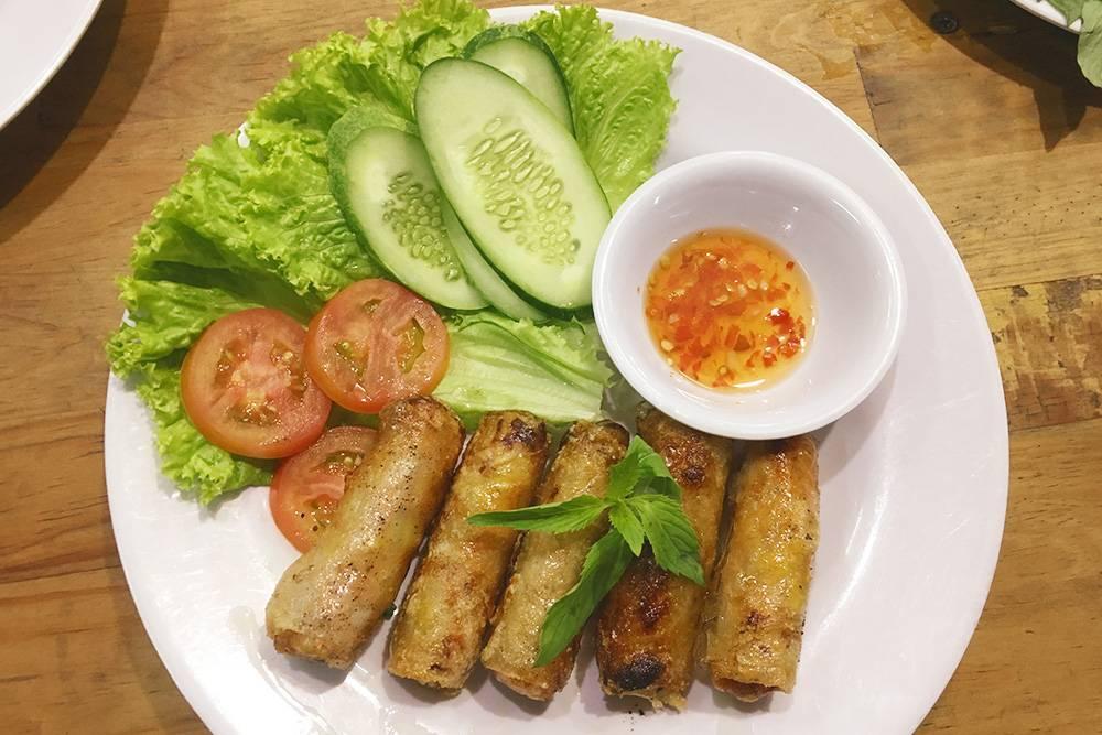 В качестве закуски вьетнамцы едят спринг-роллы — рулетики из рисовой бумаги, в которую заворачивают мясную или овощную начинку. Цена — от 30 000 ₫ (84<span class=ruble>Р</span>)