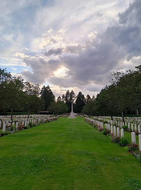 А это английское военное кладбище, за ним ухаживают английские садовники