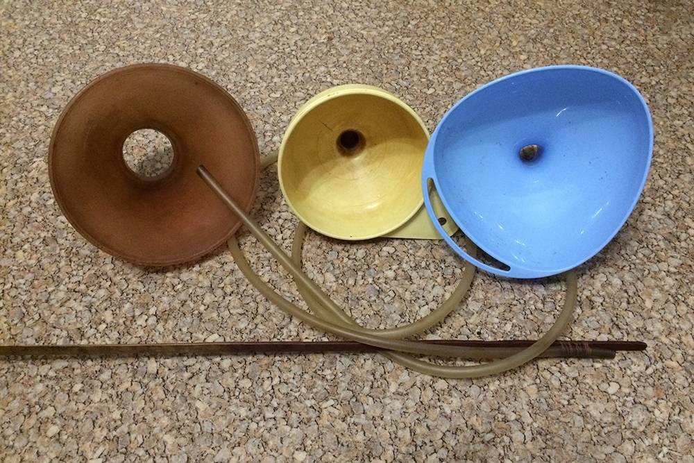Приспособления длязагрузки в бутыль мезги и переливов вина: шланг и воронки различных диаметров