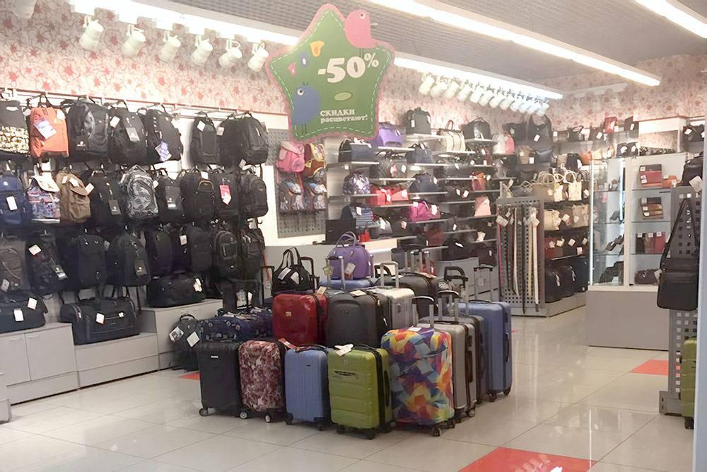 Чемоданы в чехлах стоят на самом видном месте в магазине