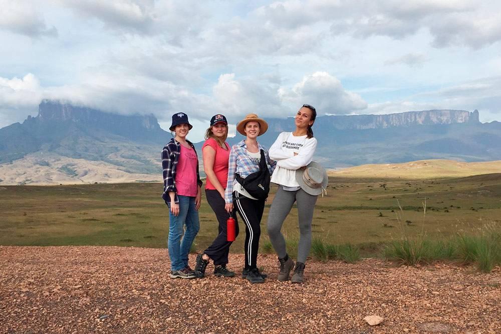 Слева направо: гора Кукенан, Дарья, Катерина, Жанна, я и гора Рорайма