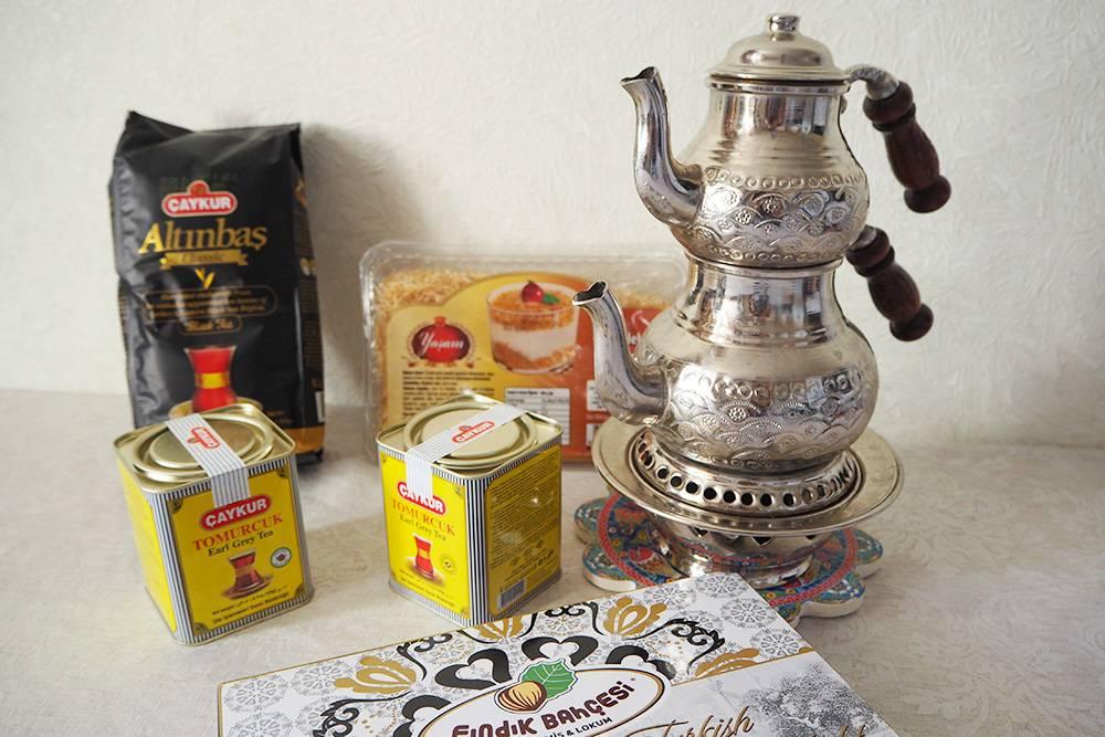По возвращении домой мы позвали в гости друзей и рассказывали им о поездке за чаем и сладостями