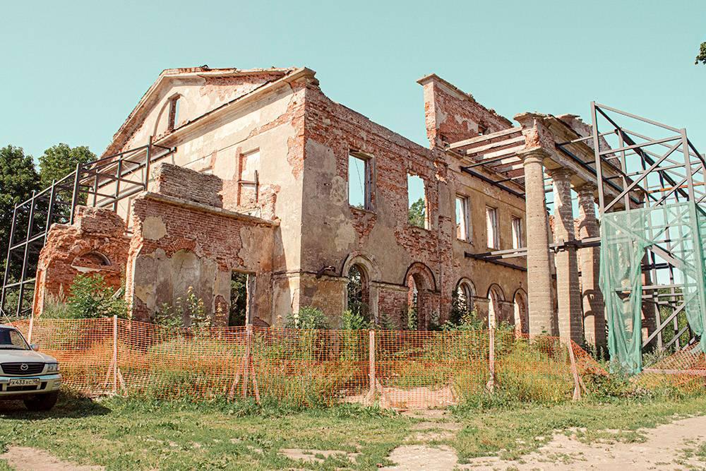 Территорию усадьбы и ее руины обнесли строительным забором, но работы никто не ведет