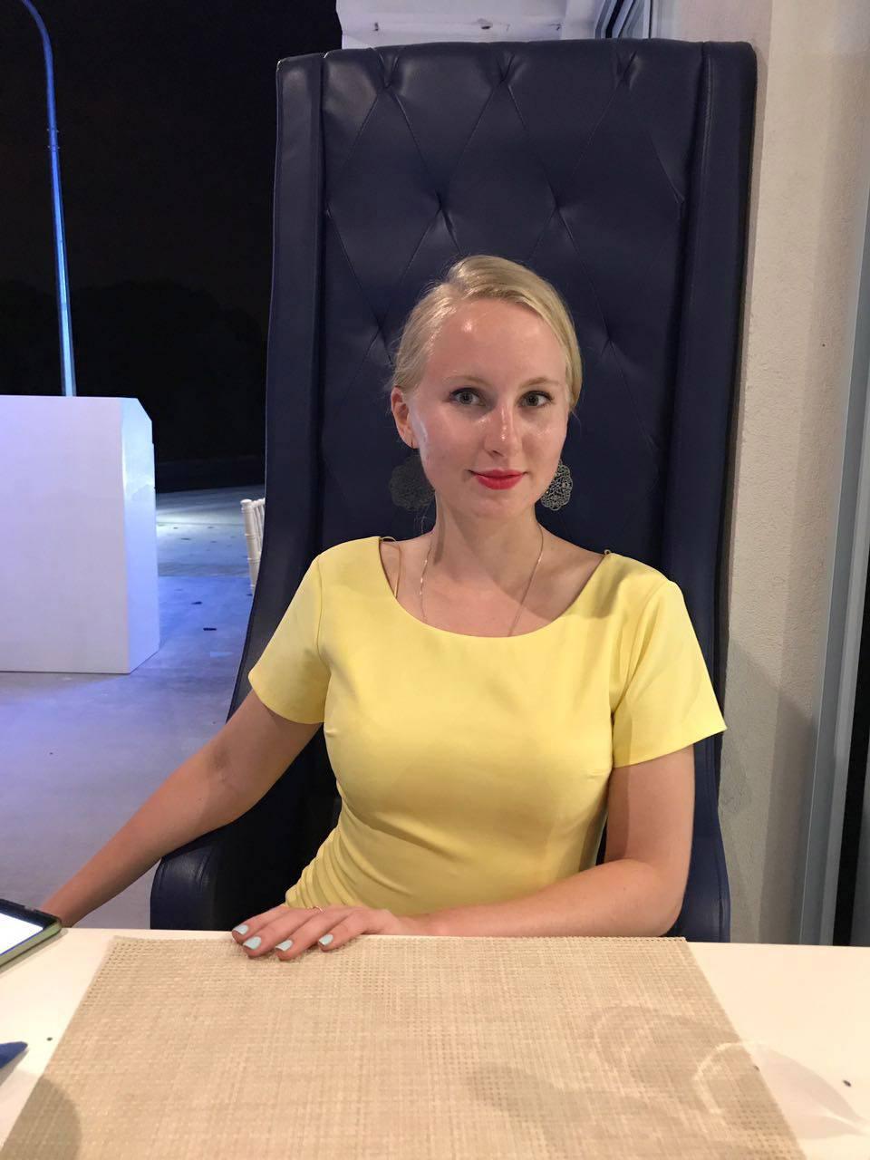 Я в нашем кипрском офисе. Работаю переводчиком с китайского и английского