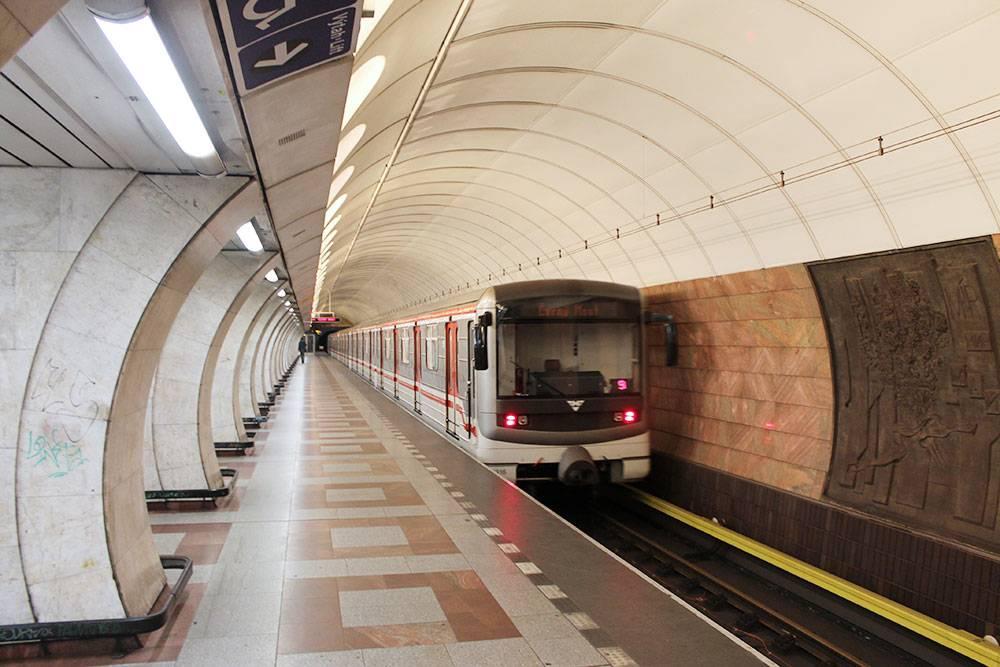 Станция метро «Андел». В пражском метро нет контролеров и турникетов ни на входе, ни на эскалаторах. Мы спустились в метро без билетов, сделали фото и поднялись