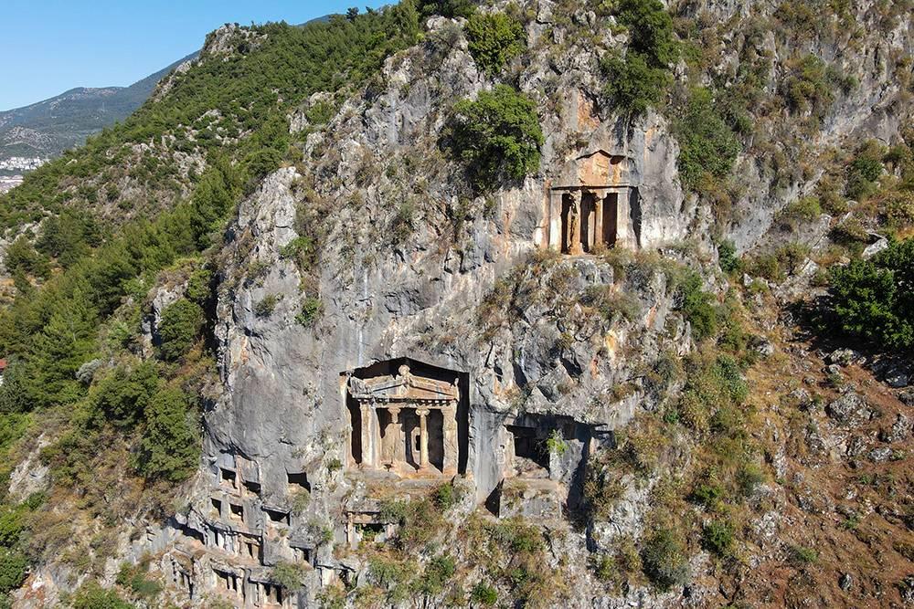 Центральная гробница некрополя Аминтаса за счет колонн и треугольного фронтона похожа на вход в храм