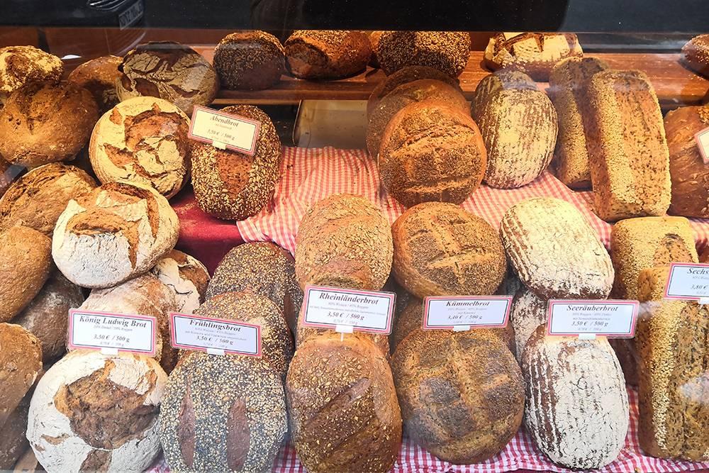 Прилавок с хлебом в пекарне Bäckerei Balkhausen