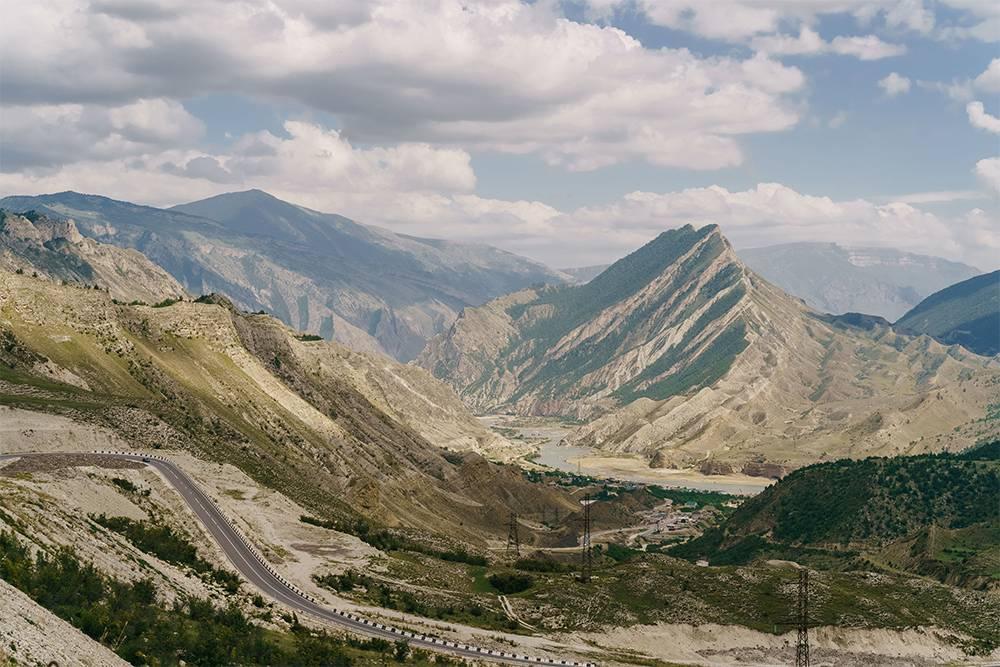 Дороги пробиты сквозь горы и скалы. Непредсказуемые повороты — на каждом шагу