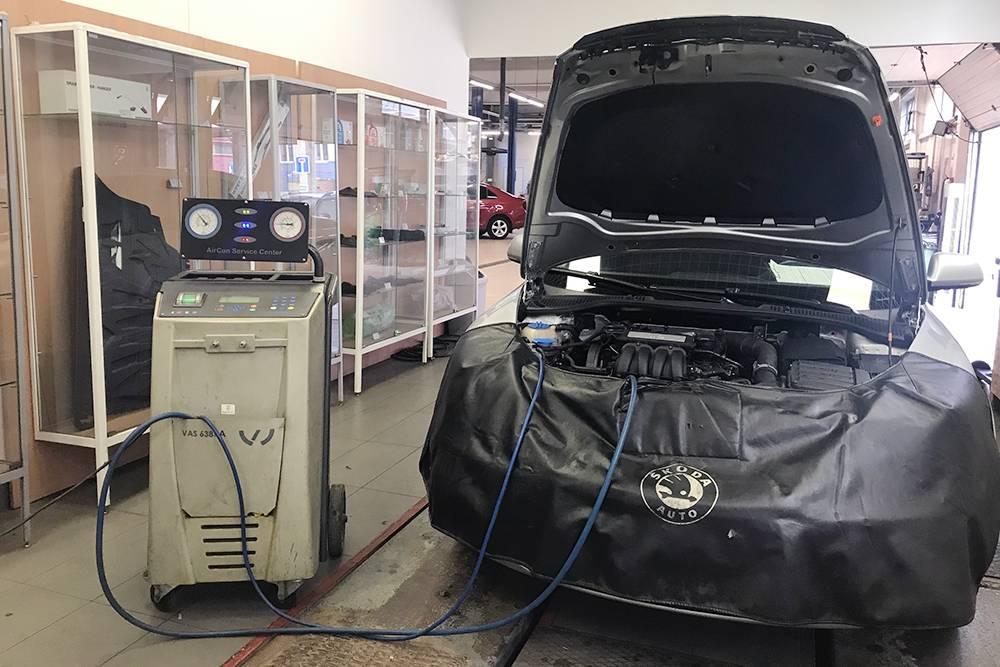 Обслуживание кондиционера на одной из дилерских станций «Шкода». Машину и подкапотное пространство помыли, надели специальный фартук, чтобы ничего не поцарапать
