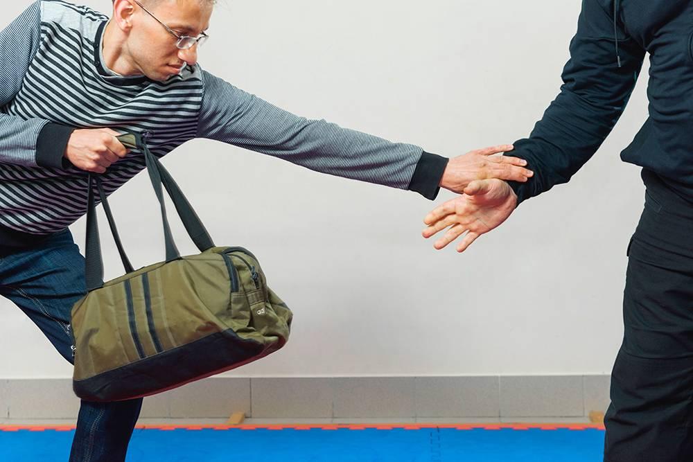Руки у грабителя сильные, поэтому я смог сорвать руку, только наклонив корпус вперед. Именно вперед, а не назад, потому что я не тяну сумку на себя — сумка осталась примерно в той же точке