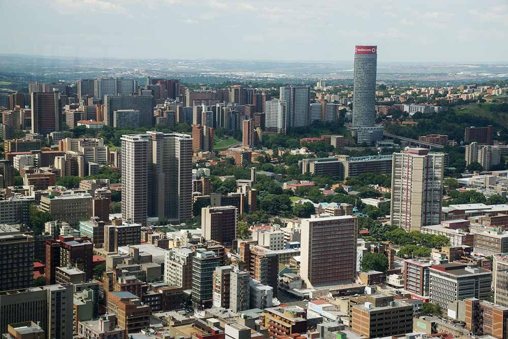 Вид на Йоханнесбург со смотровой площадки Top of Africa, которая находится на верхнем этаже небоскреба Карлтон-центр. Таки не скажешь, что город криминальный