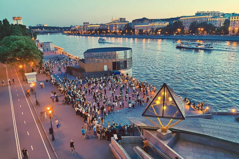 Танцы на Пушкинской набережной в парке Горького. Автор фото: MY_Photography / Shutterstock