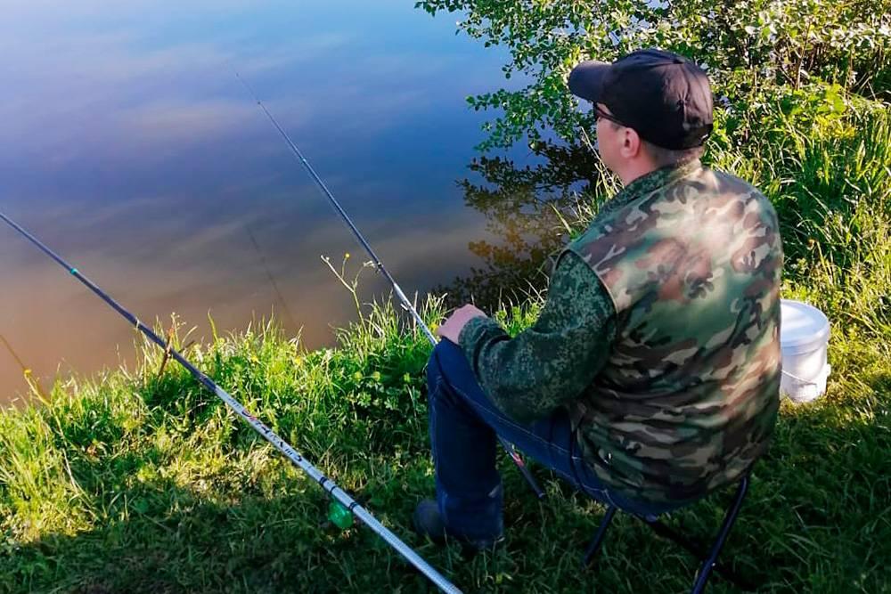 Раскладной стул — обязательный атрибут рыбалки: стоять на ногах несколько часов подряд очень тяжело