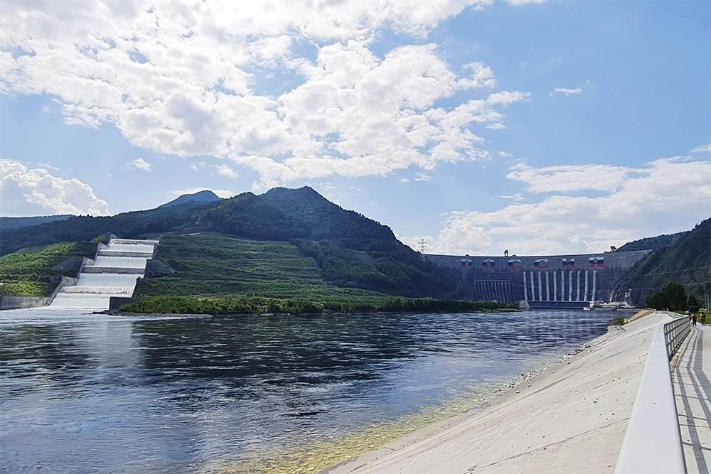 Вид на всю ГЭС целиком