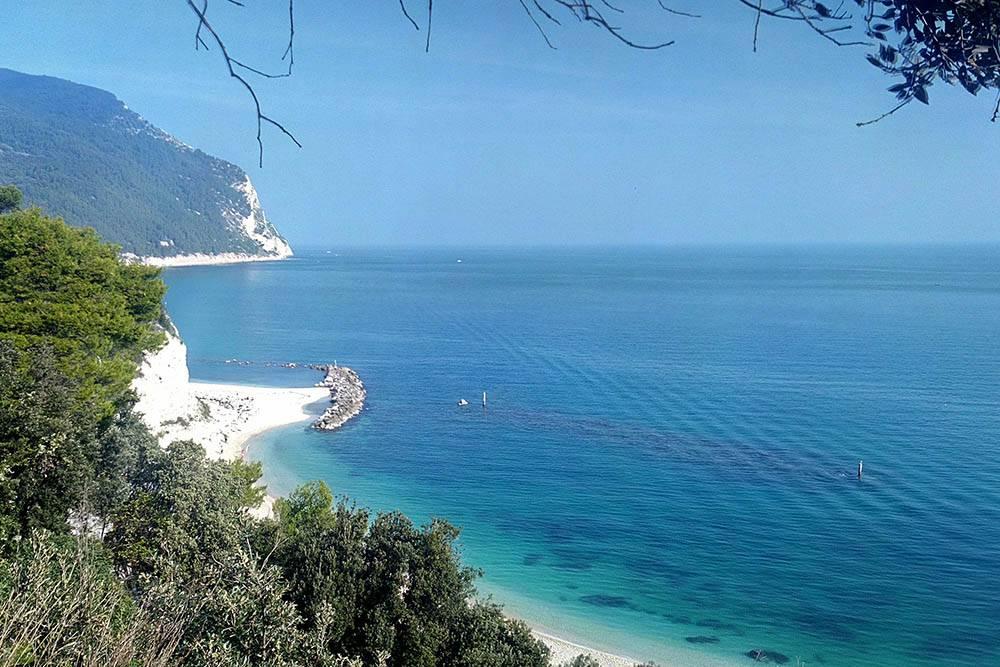 Это мое любимое место на Адриатическом побережье — Сироло. Цвет моря здесь лазурный, а не сине-серый, как в Сенигаллии. Можно прогуляться по тропам горы Монте Конеро и посмотреть на море с высоты