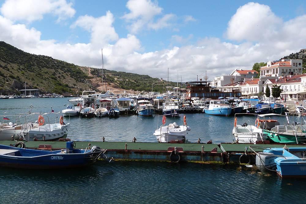 На причале Балаклавской бухты всегда стоят десятки лодок и катеров