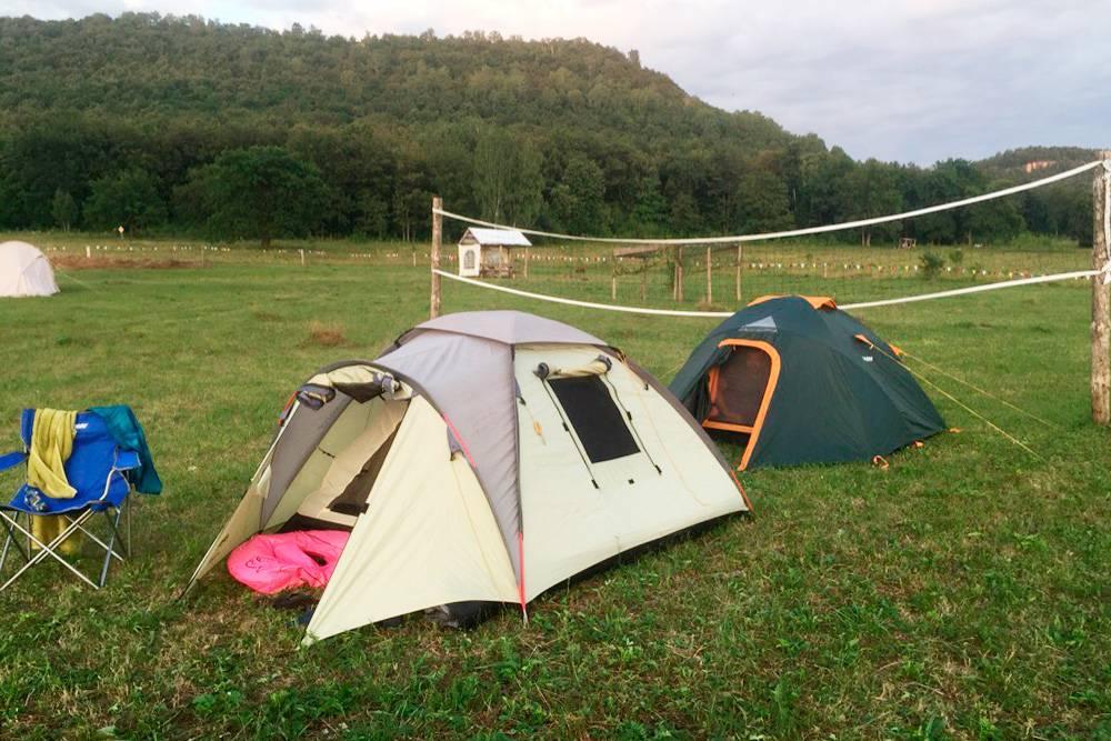 В кемпинге на берегу Нугушского водохранилища размещаются в своих палатках илиарендуют их