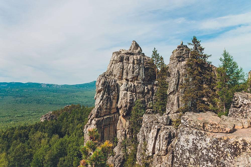 На Айгир — красивый вид на поросшее лесом ущелье и реку Малый Инзер. На удобном скальном выступе можно сесть и сделать красивое фото