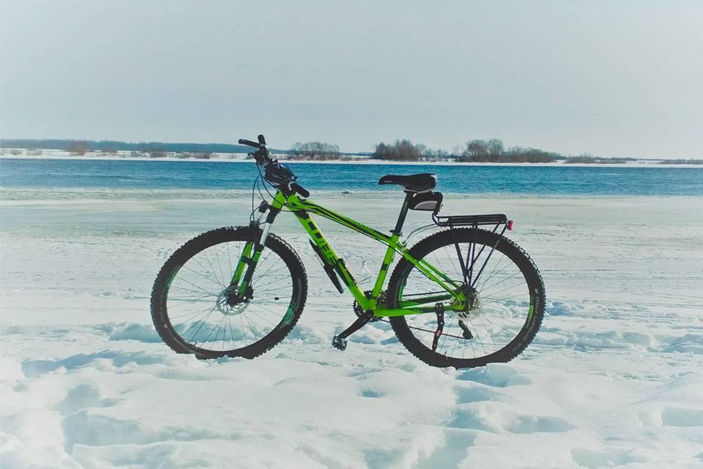 Ездить по льду иногда некомфортно. Даже если водоем промерз до самого дна, поверхность может быть неровной. Шипованная резина не всегда делает велосипед устойчивым на льду