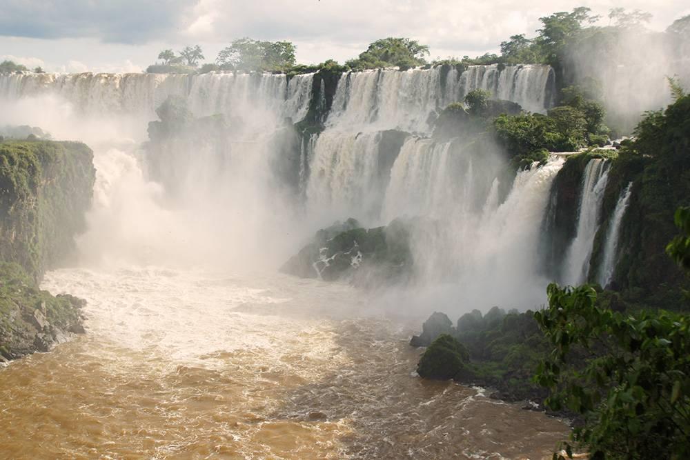 В Бразилии можно заглянуть в Глотку Дьявола — это один из самых больших водопадов Игуасу на границе Бразилии и Аргентины