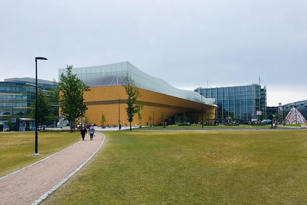 Новая библиотека «Ооди» — самая крупная в городе. Это новое общественное пространство в центре. Там можно почитать, посидеть в интернете, поработать или просто полюбоваться городом, лежа в кресле. Вход бесплатный