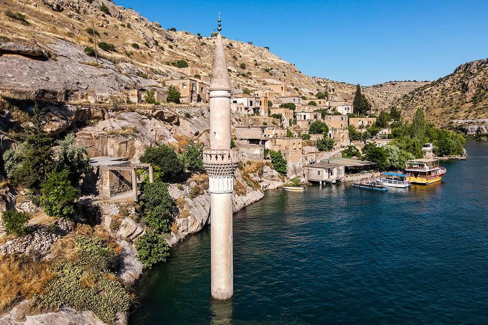 Мечеть скрыта подводой, а ее минарет стал самой узнаваемой достопримечательностью затопленной деревни