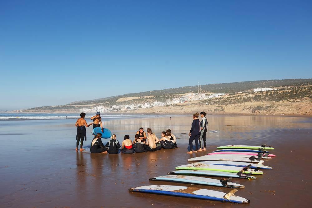 Все уроки серфинга начинаются с теории на берегу