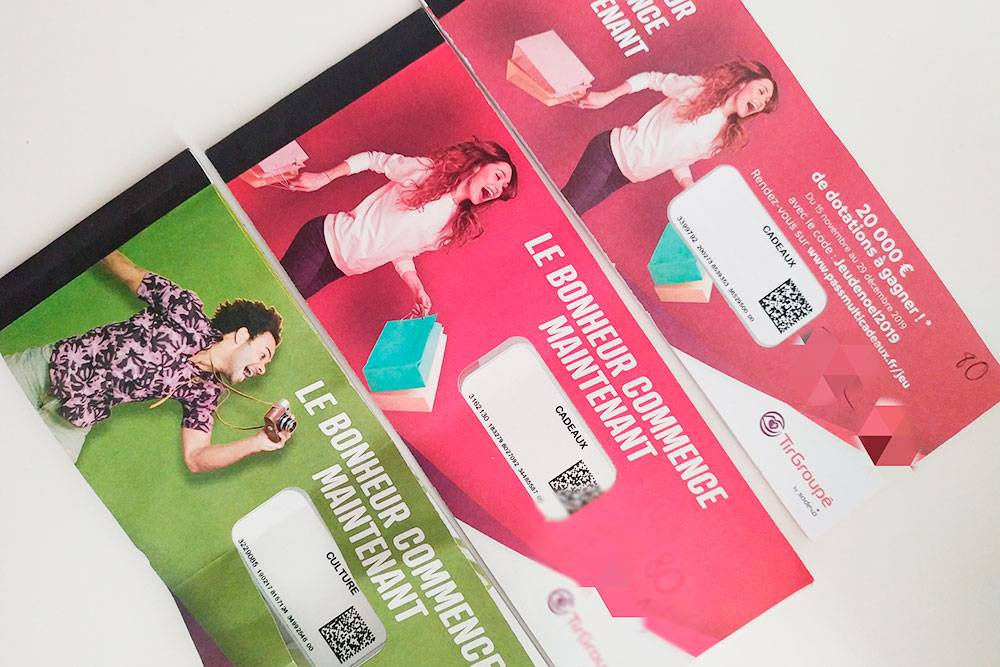 Вот наши ticket cadeaux. Красные можно потратить на что угодно, например купить обувь в магазине. Зеленые принимают фирмы, работающие в сфере культуры, развлечений и туризма: отели, авиаперевозчики, рестораны и т. п. Обычно общая сумма этих билетиков — 380€ (33 375<span class=ruble>Р</span>) на каждые полгода