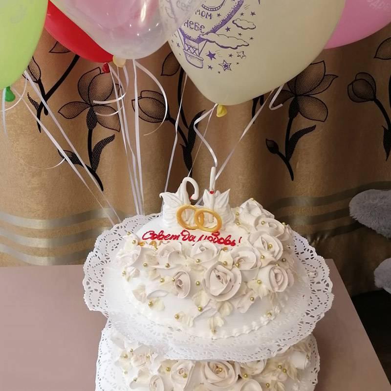 Красивый торт дляэтого стиля. Кому-то понравится, но ябы никогда такой не купил