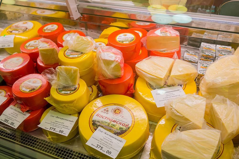 Эта фотография сделана в 2017&nbsp;году. За три года цена выросла, сейчас килограмм «Костромского» сыра стоит 510<span class=ruble>Р</span>. Фото: Yulia_B / Shutterstock